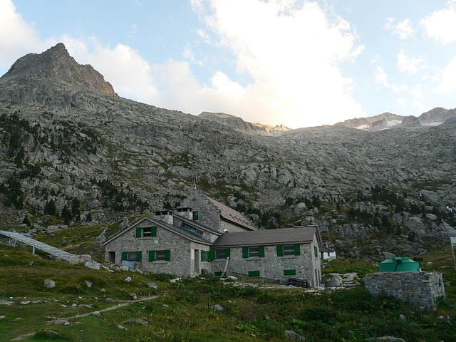 hut, mountain hut, refugio de la renclusa, pico aneto